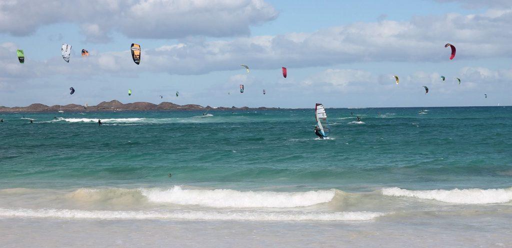 Kiten in Meer von Fuerteventura